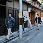 Группа тележурналистов от NHK. Очень им завидую: их пускают внутрь и разрешают там снимать