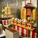 """Как обычно, в начале """"маршрута осмотра"""" установлен небольшой храм Ямакагэ-дзиндзя, посвященный богу еды. Да, тут и такой бог есть. Было бы странно, если бы вдруг не оказалось. И подношения этому богу в виде разной еды"""