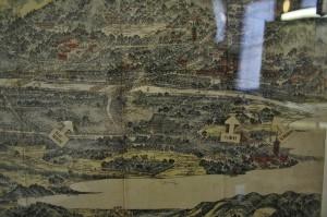 Правая часть гравюры поближе. Камо-гаву в центре хорошо видно. Слева ближе к верху комплекс красных зданий - Ясака-дзиндзя и мост Сидзё-охаси. Следующий большой мост - Годзё-охаси. Комплекс красных зданий справа над рекой - храм Сандзюсангэн-до, самый правый мостик через реку - Ситидзё-охаси.  Самая левая белая наложенная стрелка - бывшее поселение эта Мацубараинари-мати, откуда всех переселили в конечном итоге в Рокудзё-муру (вторая стрелка). И самая правая стрелка показывает расположение деревни Дзэндзато-мура. Поселок хининов около самого моста Ситидзё тоже можно разглядеть, хоть он и не отмечен отдельно