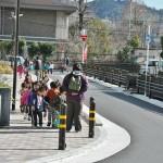 """Встретившийся мне детский сад на прогулке. Маленькие жители общины. Ничем не отличаются от детей в других районах города. Шумные, болтливые, смешливые. Надеюсь, они уже не будут знать, кто такие """"буракумины"""""""