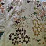 """Здесь """"букеты листьев мальвы"""" хорошо видны. Листья мальвы - """"сердечками"""", чрезвычайно популярны как элемент дизайна и на гербах. Цветочные букеты (хана-ноcи), перевязанные бумажными лентами, или завернутые в бумагу и перевязанные тонкими веревочками - символический подарок на Танабату (7 июля). Говорят, эту традицию начал один из императоров в далекой древности"""