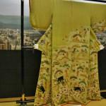 Если судить по обрезанному дизайну на правом рукаве, изначально это было фурисодэ. Девушка, носившая это платье, вышла замуж и рукава обрезали