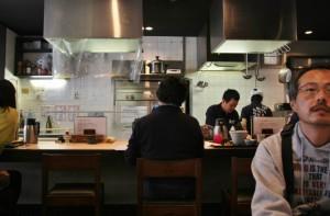 После долгого стояния в очереди мы наконец попали внутрь. Заведение совсем крошечное: четыре небольших столика и стойка около кухни. Максимум загрузки - человек 15