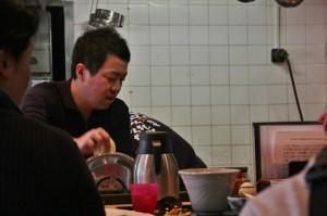 Хозяин ресторанчика и шеф-повар в одном лице, как это тут обычно и бывает. Кисино Тацуя-сан