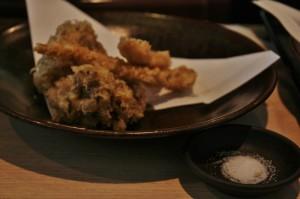 Лично от хозяина к маэтакэ-тэмпуре добавили тэмпуру из курятины. Тэмпуру иногда едят со специальным соусом, а иногда - и просто с солью. Или с солью со всякими добавками для вкуса (например, с порошковым зеленым чаем)