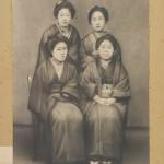 В 1879 году руководство университета приняло решение о запрете ношения хакама девушками, оставив, впрочем, хаори. Девушки стали носить обычные для того времени кимоно, многослойно, как полагалось девушкам из очень приличных семей