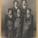 Это 1885 год. Запрет на ношение хакама все еще в силе. Но при этом никто не мешает девушкам носить кимоно модных на тот момент расцветок