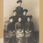1893 год. Все еще платья западного образца со шляпками. По моде, но исключительно целомудренно (если не сказать, по-монашески). Все-таки девушки из очень приличных семей