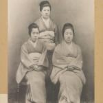 """1894 год. """"Время Рокумэйкана"""" закончилось. Маятник качнулся назад. Увлечение Западом было признано чрезмерным. В моду вошло """"старое, доброе"""". Девушки опять переоделись в многослойные кимоно с гербами семьи, демонстрируя знатность и богатство своих семей"""