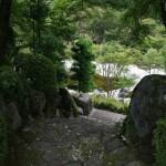 Боковая дорожка с храмовой площади в сад. Но эта дорожка закрыта для обычных посетителей