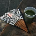 Выползя из храмового сада, купила себе холодного зеленого чая, охладиться изнутри. Чай вкусный, но столько сахара они туда зря насыпали
