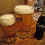 Начинаем с пива. Большая кружка - мужа, маленькая - моя. Кока-колу пьет старшая. Раз в неделю мы детям позволяем эту гадость