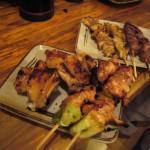 На ближней тарелке - куриные крылышки и мякоть бедра с луком-пореем. На дальней - кусочки кожицы и желудочки
