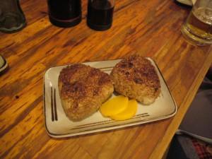 """Якионигири. Обычные онигири (""""рисовые колобки"""") жарятся на гриле и попутно обмазываются соевым соусом. И несколько кусочков маринованного дайкона. Вкусно"""