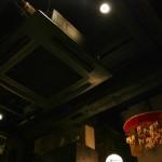 """Потолок в """"прихожей"""". На месте этого кондиционера лет сто назад явно висела дыморазбивательная решетка. А вместо самой прихожей была кухня. Красная штука справа - амулет для привлечения посетителей. Такие амулеты самого разного размера (и цены, соответственно) приобретают обычно в храме Эбису в начале января, когда отмечают дни бога удачи Эбису"""