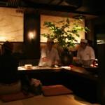 Вид на кухню от нашего столика и вроде как барная стойка. Во многих дорогих ресторанах кухня открыта и можно наблюдать, как готовится заказанное тобой блюдо