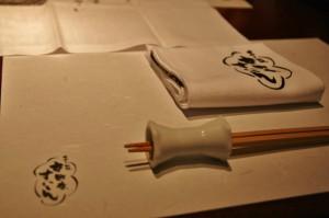 Салфетка, палочки и хасиоки (подставка для палочек). Осибори (горячее влажное полотенце) тоже было. Такой вот вариант с европейским влиянием