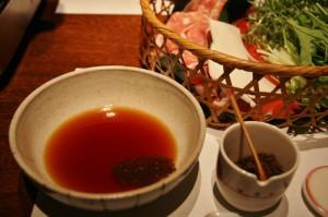 """Соус для макания (обычный соевый кислый """"пондзу""""), в который по вкусу добавляется обычная же пряная смесь ситими-тогараси"""