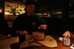 И, как обычно, завершает основную трапезу рис. Тут его приносят в деревянной бадейке, завернутой в платок-фуросики. И раскладывают по мискам на столе