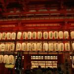 Фонари на главных воротах храма