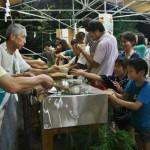 Там же наливают чистой священной воды из храмого источника. Можно помыть руки еще разок. Желающих обливают с головы до ног