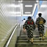 Просто так. На выходе из метро встретилась парочка, он и она, в одинаковых юкатах. Первый раз такое вижу не в рёкане или онсэне