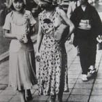 Женщина в кимоно неодобрительно смотрит на двух мога