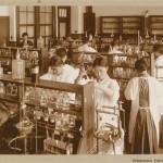 Опять химия. Не могу удержаться: заметьте, девушка справа (спиной стоит) одета в кимоно и хакама под халатом