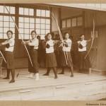 Стрельба из лука (это традиционный японский лук, стрельбе из него традиционно обучали девушек из самурайских семей)
