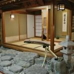 """Практически во всех виденных мной рёканах есть разные красиво оформленные уголки """"японской культуры"""". Здесь вот чайная комнатка в натуральную величину. Штуковина в центре - кото (японские """"гусли""""), накрытый тряпочкой. Еще там была небольшая выставка какой-то ископаемой керамики, но мне она как-то не приглянулась. Ну, черепки и куски горшков, откопанные где-то недалеко"""