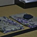 Юкаты от рёкана для постояльцев. Разного размера, побольше и поменьше, для мужа и для меня. Синий кулек сверху - свернутые пояса. Для ребенки принесли отдельно детскую юкату после уточнения размера. В холодное время года к этому обычно прилагается типа хаори или хантэна (кимоношная куртка
