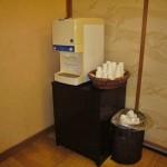 Кулер с питьевой водой и бумажными стаканчиками. После онсэна всегда хочется пить