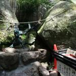 На полпути к смотровой площадке притаился дракон, который щедро делится водой от божества со всеми желающими. В ящичек надо положить монетку в 100 иен, взять блюдечко для питья и налить в него водички