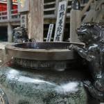 Кома-ину, охраняющие чащу для возжигания благовоний