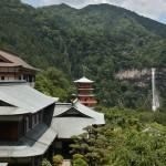 Вид на пагоду храма и водопад со смотровой площадки Сэйганто-дзи
