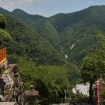 Вид от основных ворот храма на горы и лестницу вниз