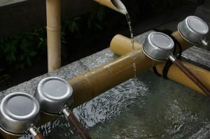 """Журчание воды вливается в общую мелодию. Но """"партию воды"""" слышно только рядом с каменной купелью"""