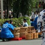 Бадьи и ведра для воды, которой поливают бамбуковые рейки перед разворотом