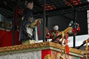 Кукольная композиция наверху тележки-ямы. Куклы в натуральную величину и одеты в антикварные наряды кошмарной стоимости