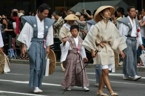 Судя по розочке на поясе, этот мальчик был представителем общины в начале парада, когда представители общин подтверждают свою очередность в параде у мэра Киото
