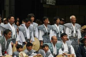 Представители общины фотографируются на фоне своей тележки в паузе перед пересечением площади