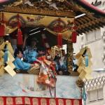 Здесь куклой двигали, исполняя тот же ритуальный танец, что и мальчик-Икитиго на Нагината-боко