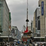 """Вид от моста Сидзё-охаси. """"Кусты"""" на заднем плане - верхушки шпилей подходящих к перекрестку тележек-хоко"""