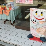 А этот матрасо-монстр (футоно-монстр?) с подушко-монстренком живет в магазине, где продают подушки, одеяла и футоны