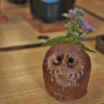 Это сова-вазочка, стоявшая на общем столе. Цветочки какие-то простенькие. Дикие, но симпатичные