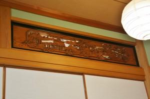 Одна стена в комнате была украшена резными панелями рамма. Одна половина