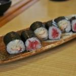 """Собственно тарелка """"детских"""" суси. Бело-розовое - креветки с майонезом. Красное - тунец. Наша младшая достаточно всеядна, потому свой набор она слопала целиком. А вот племянница более разборчива"""