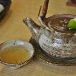 """Немного содержимого чайничка налито в прилагающуюся плошку. Зеленое - разновидность местного ароматного цитруса, """"судати"""" называется. Его соком и кусочками шкурки сдабривают некоторые блюда"""