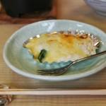 Блюдо, несколько неожиданное в таком наборе: гратен. Из морских гребешков, шпината и сливочного соуса с сыром. Вообще-то, конкретно европейское блюдо. Но в Японии популярно так давно, что вот даже попадается иногда в совершенно традиционном обеде