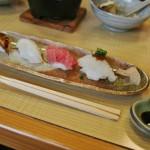 Вместо риса тут подали суси. Слева направо: копченый угорь унаги, кальмар, дорогая разновидность тунца, тай